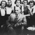 Mustafa Kemal Atatürk'ün Kız Öğrencilerle Bir Fotoğrafı